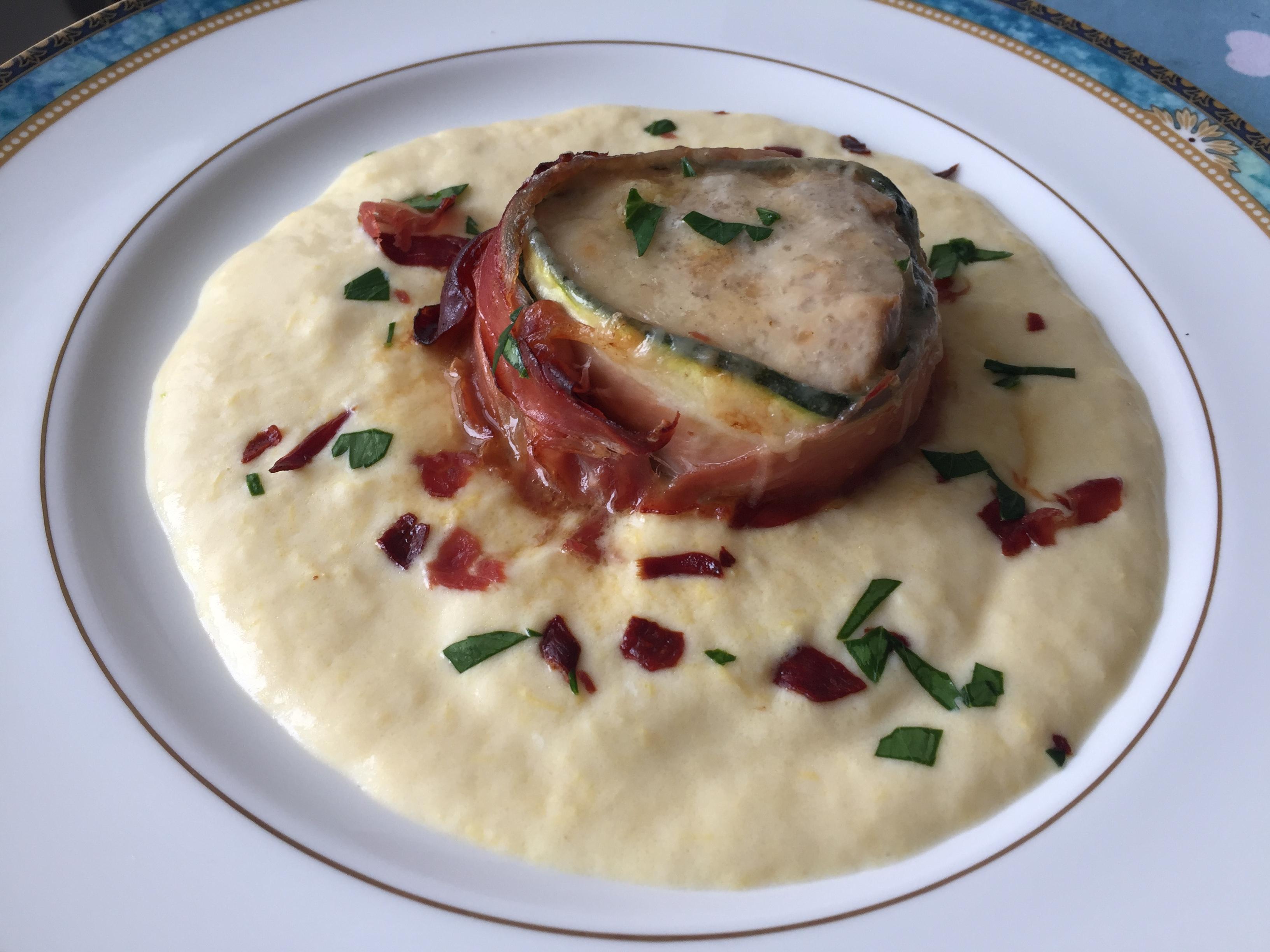 Filetto di maiale lardellato con lo speck su salsa Mornay