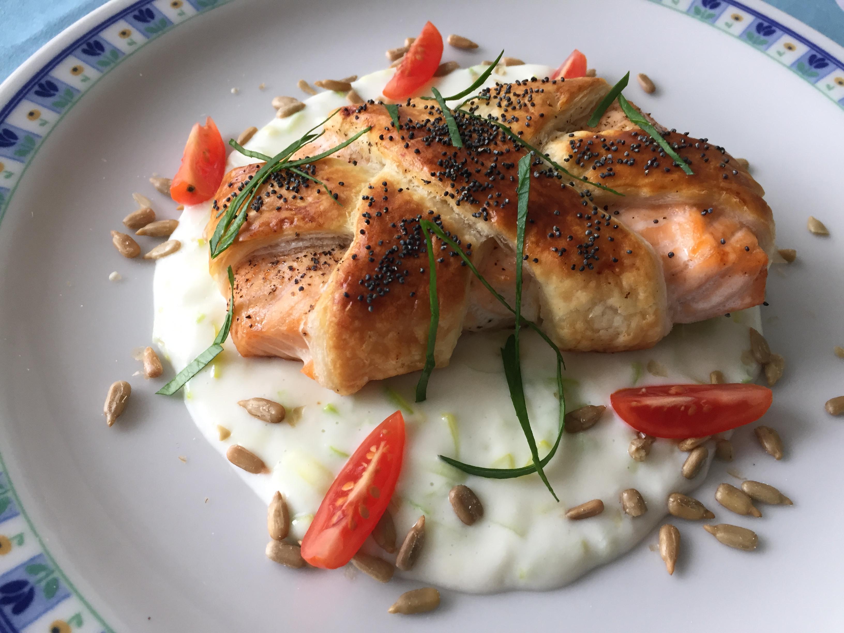 Filetto di salmone in crosta su crema di porro e semi di girasole