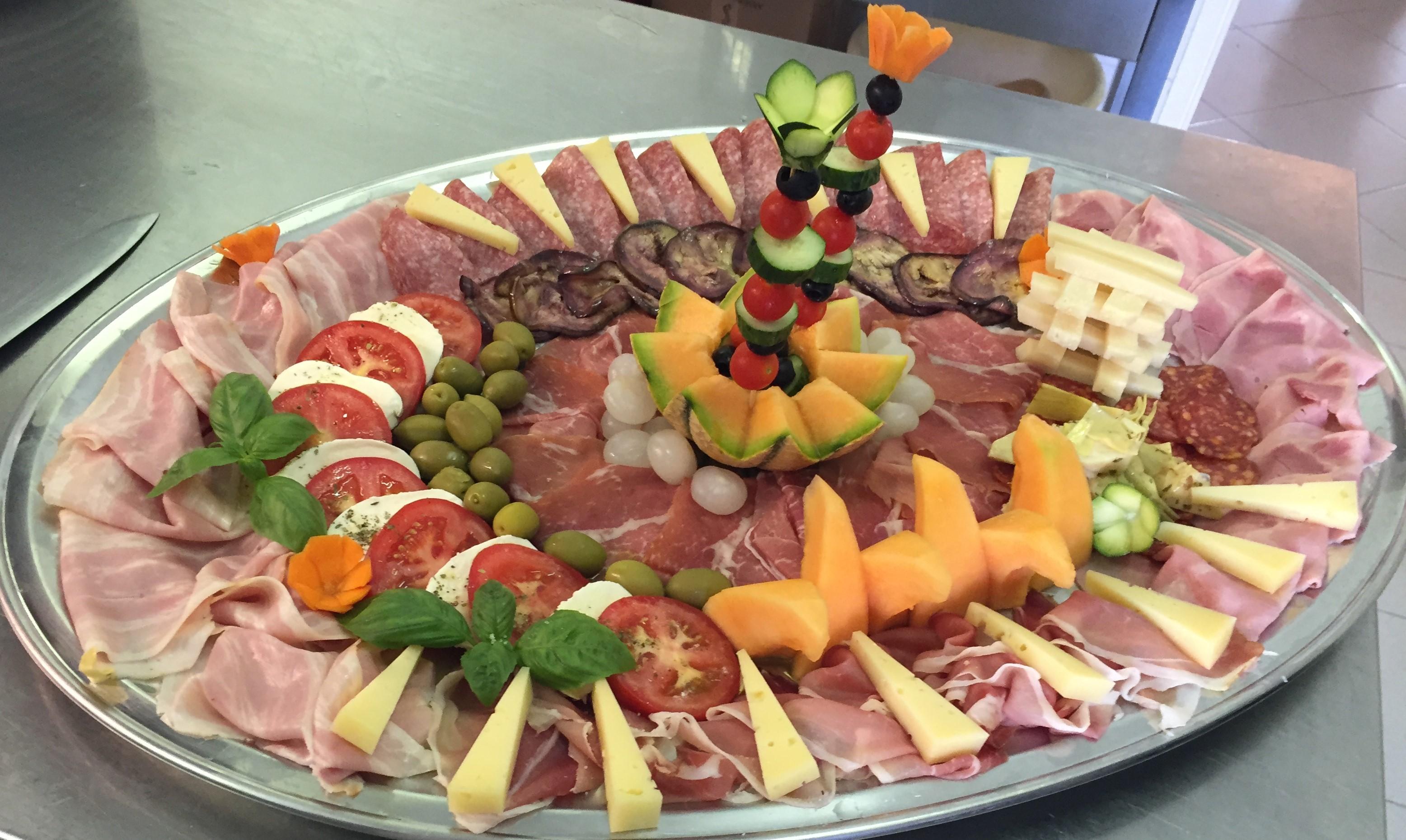 Affettato misto con crudo e melone, salumi, olive e formaggi
