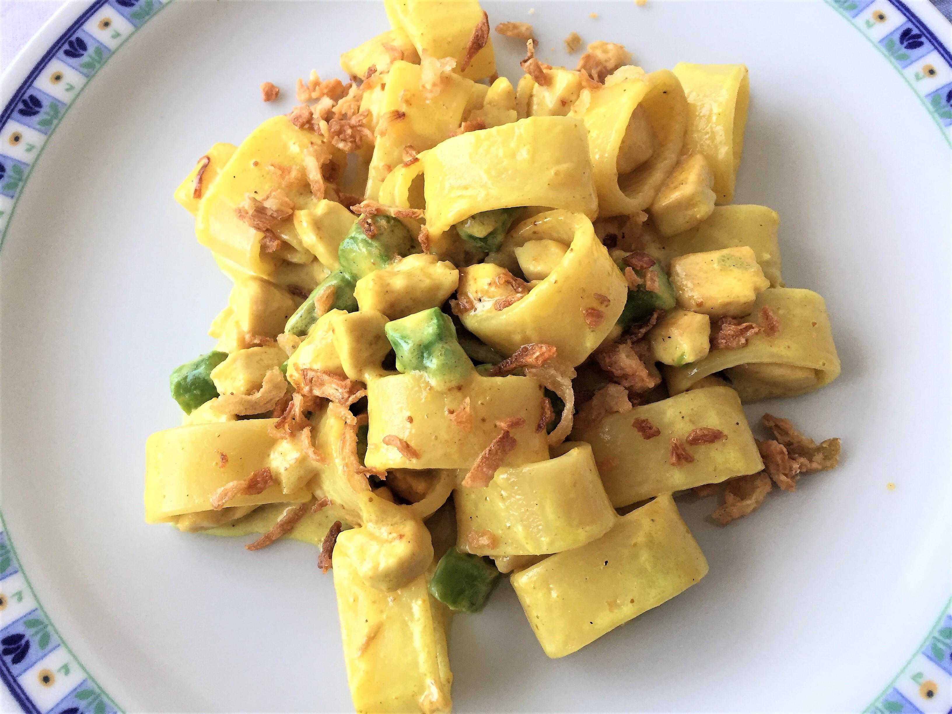 Calamarata con pollo, asparagi e curry