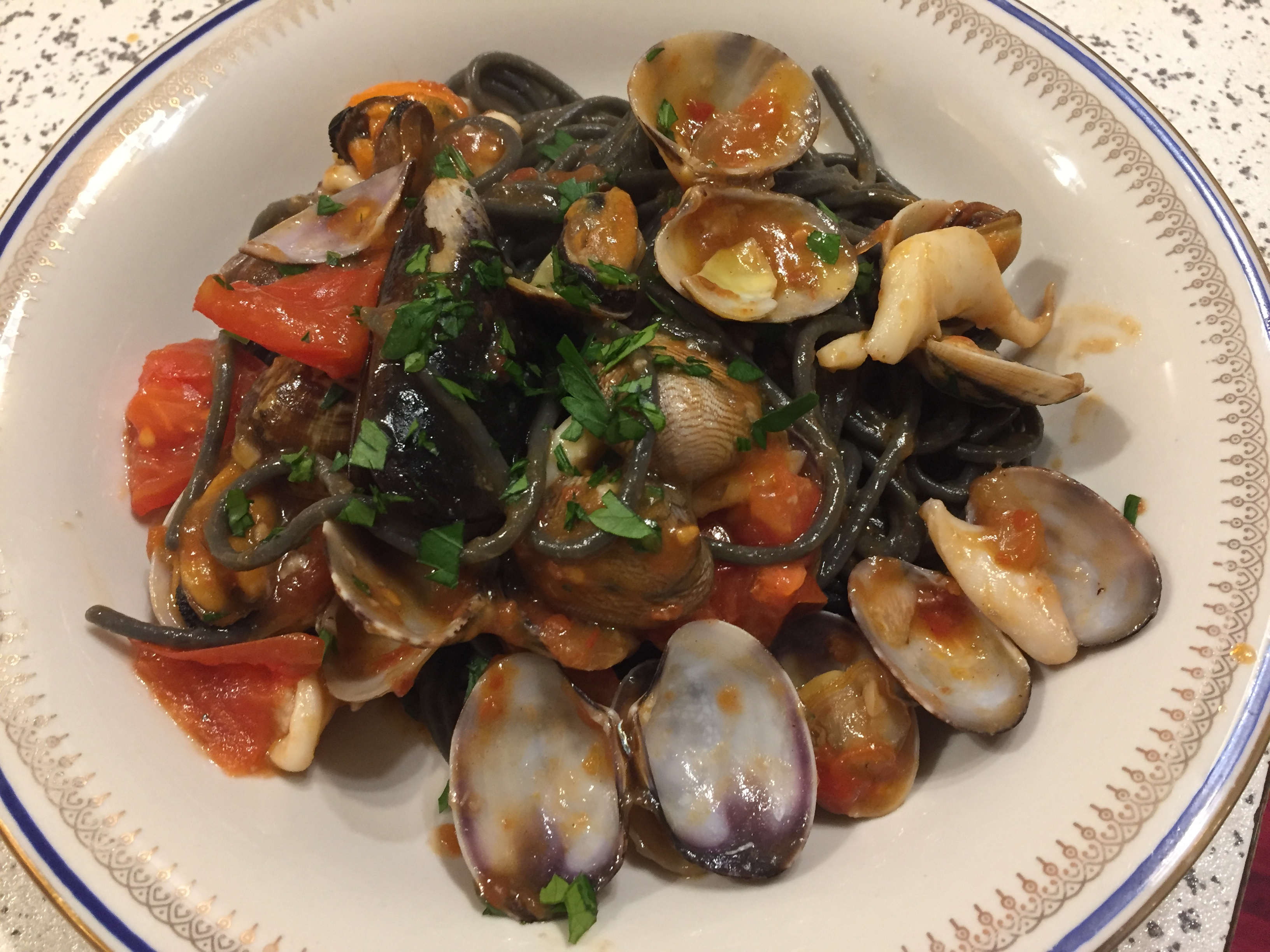 Spaghetti al nero di seppia con frutti di mare