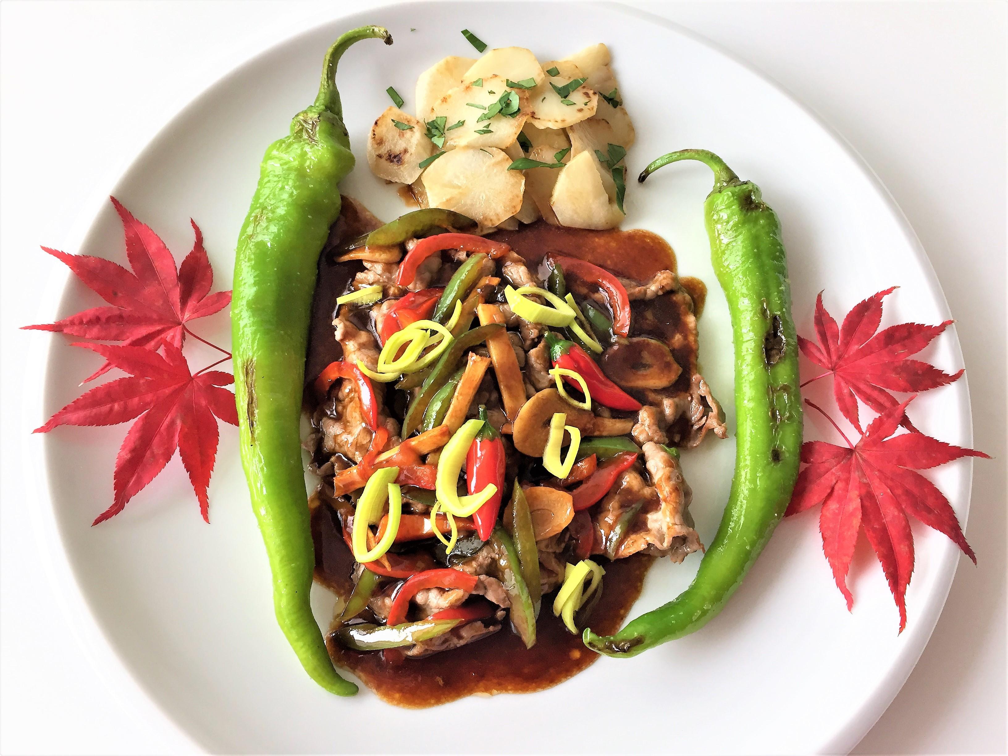 Straccetti di manzo con zenzero, salsa di soia, topinambur e peperoni brasati
