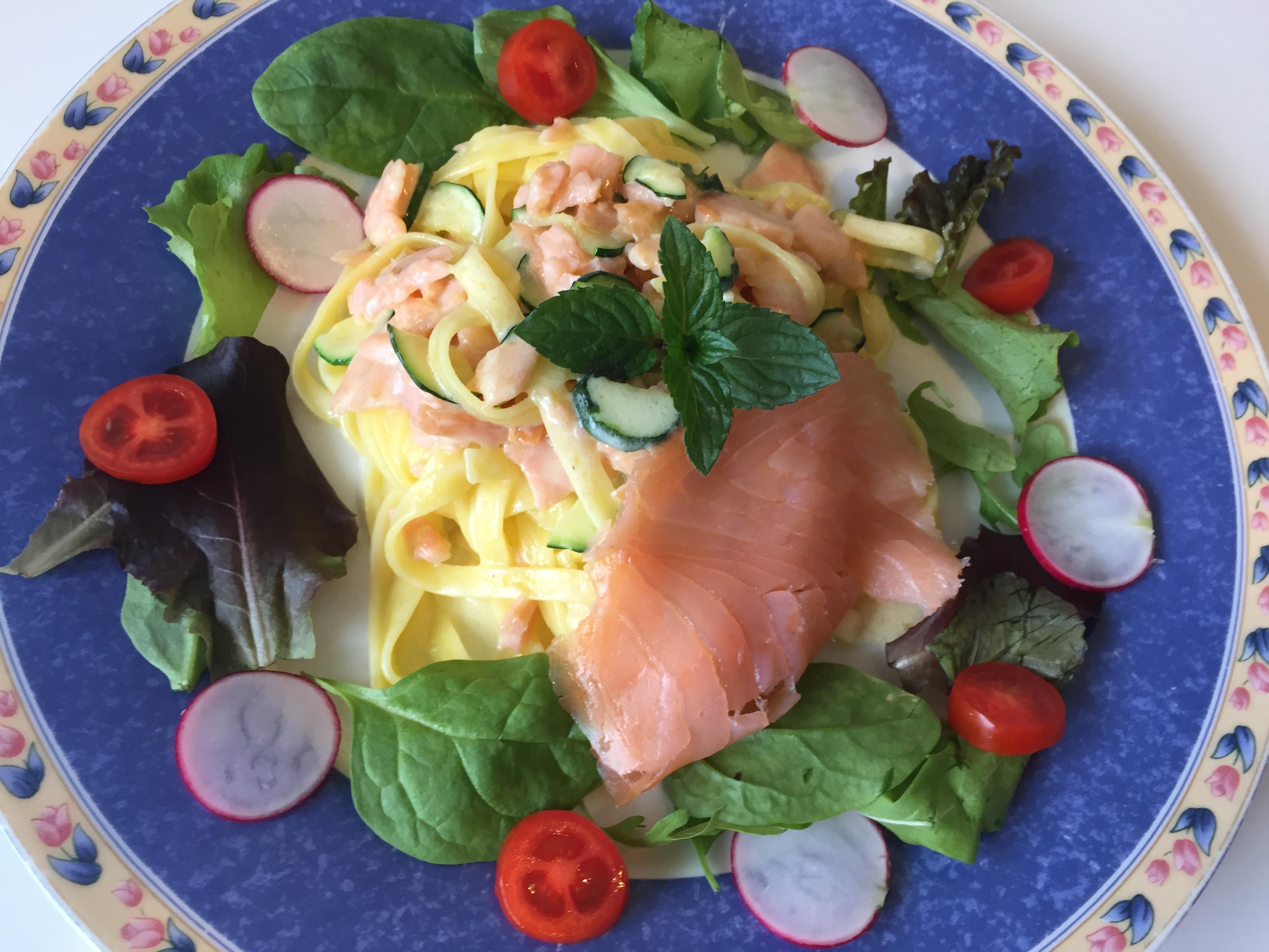 Tagliatelle con salmone affumicato, zucchine e menta