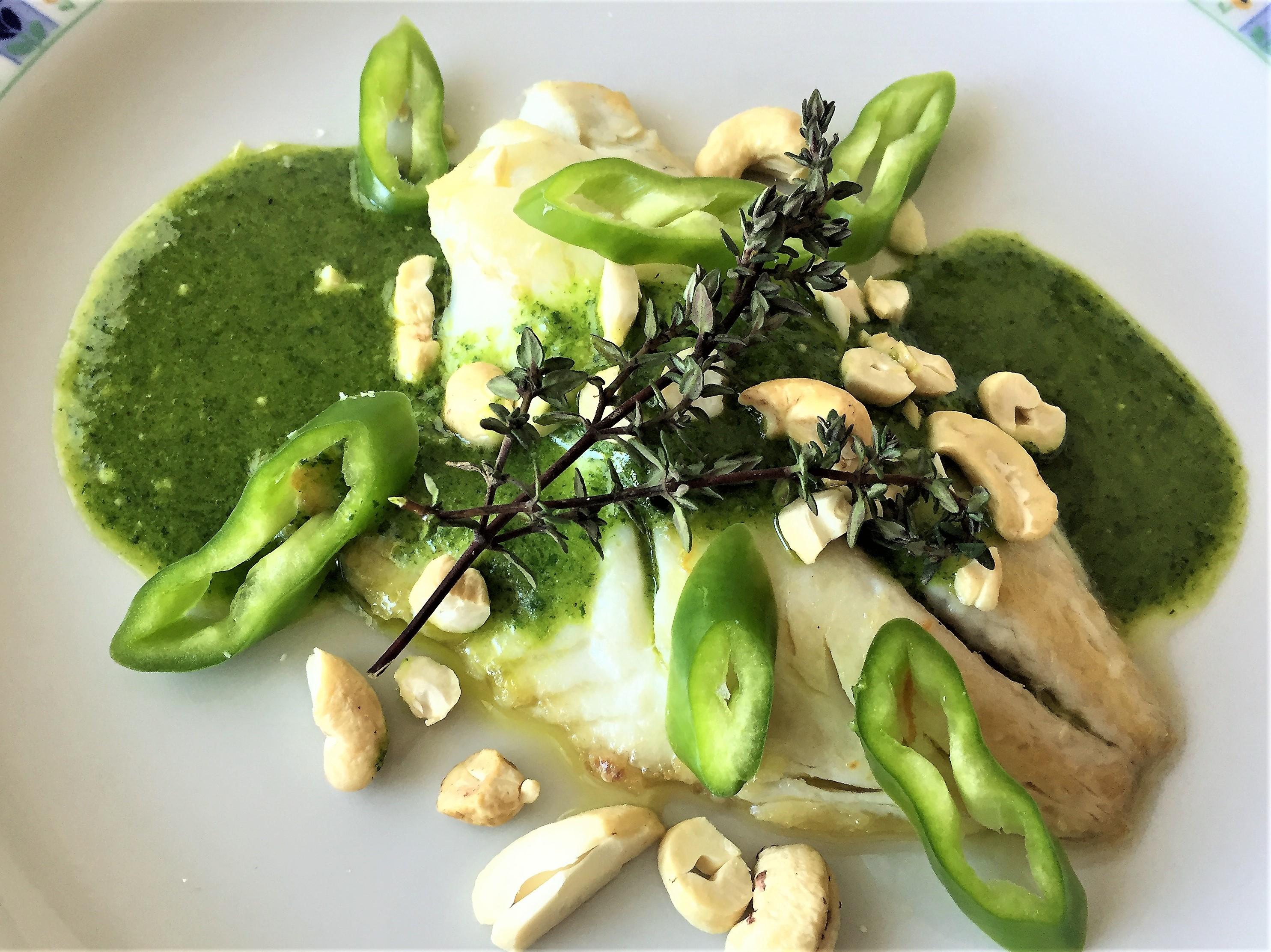 Filetto di orata con salsa verde e anacardi