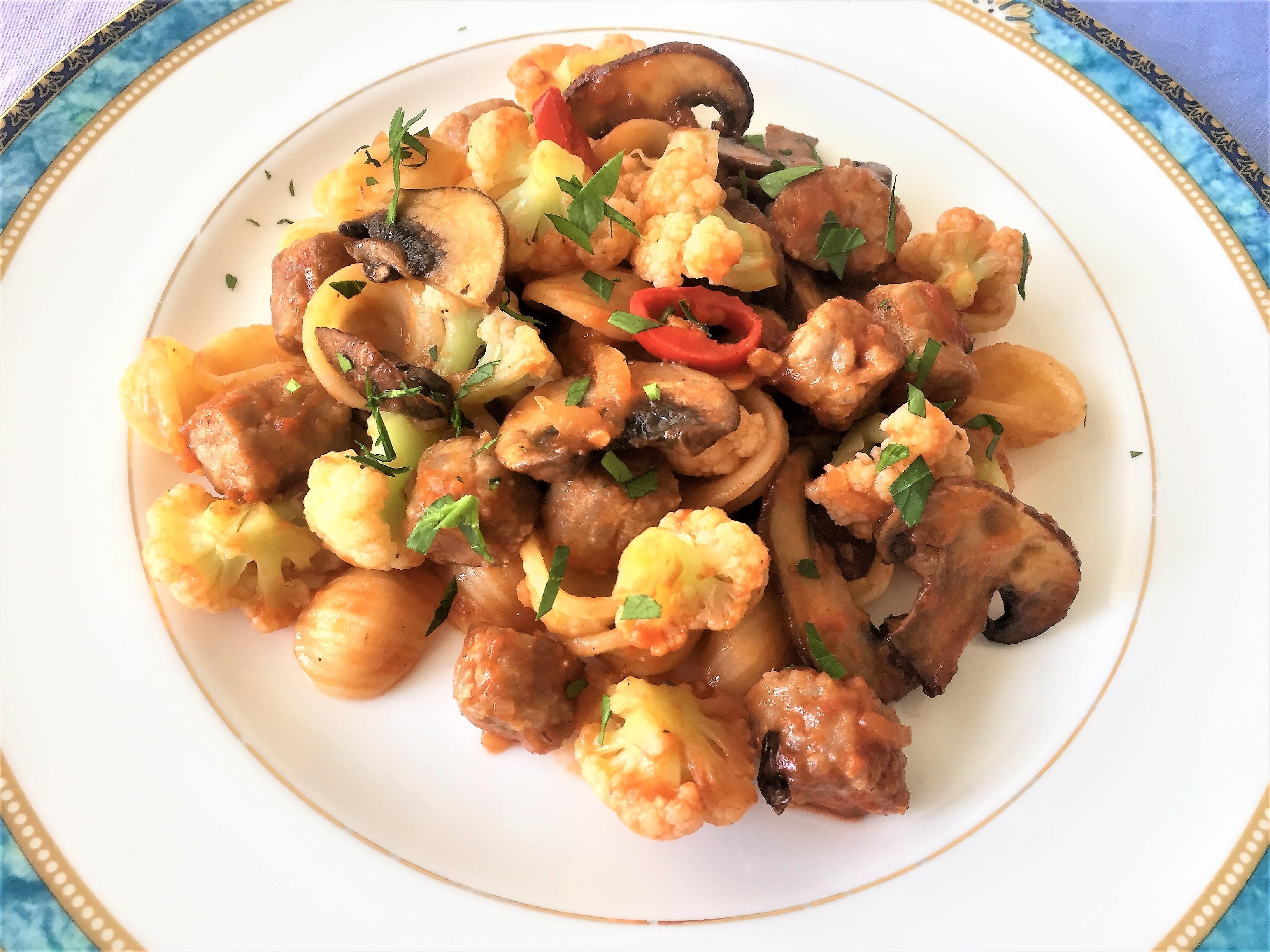 Orecchiette-con-salsiccia,-funghi-e-cavolfiori