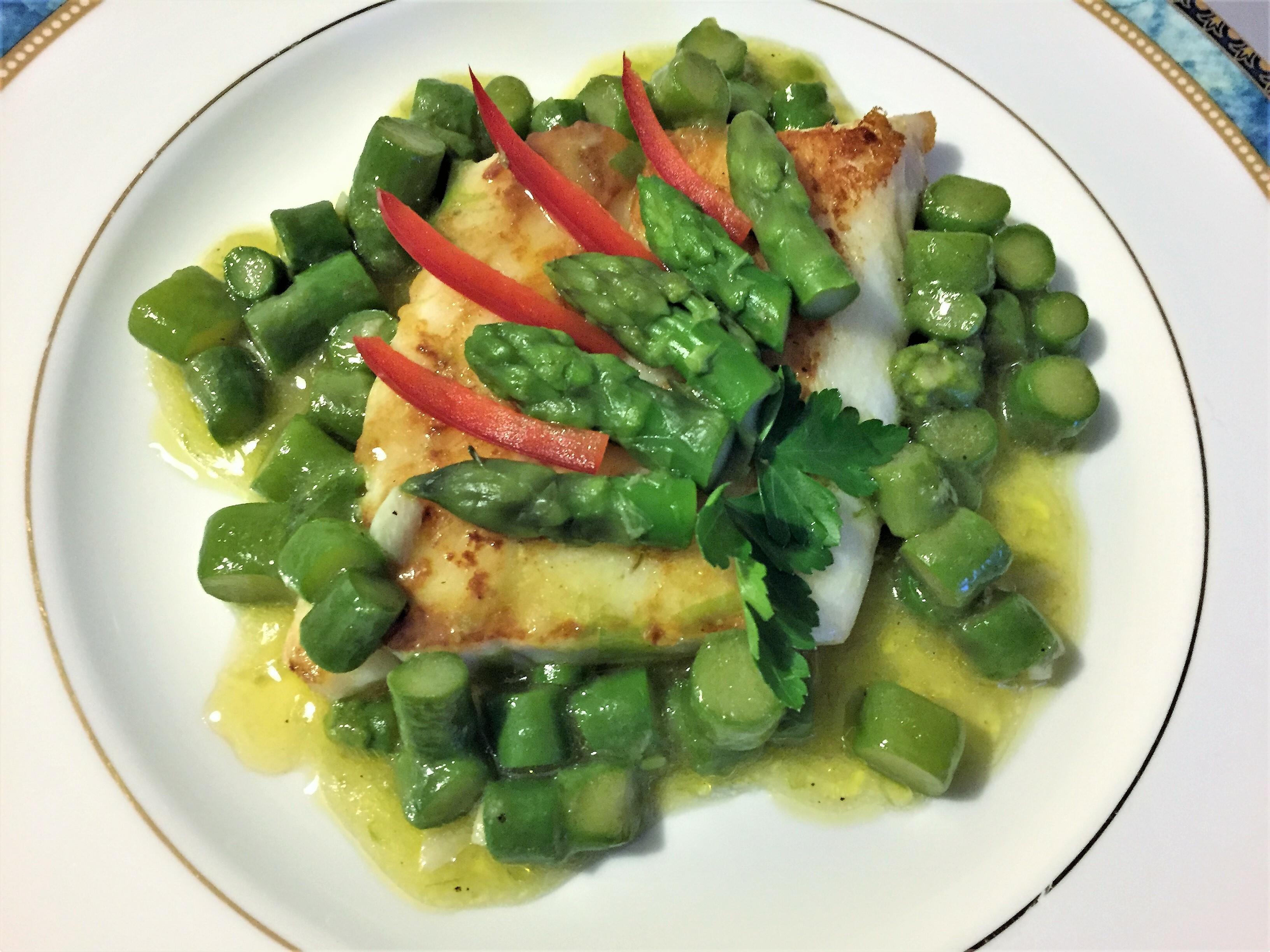 Pesce persico con asparagi verdi
