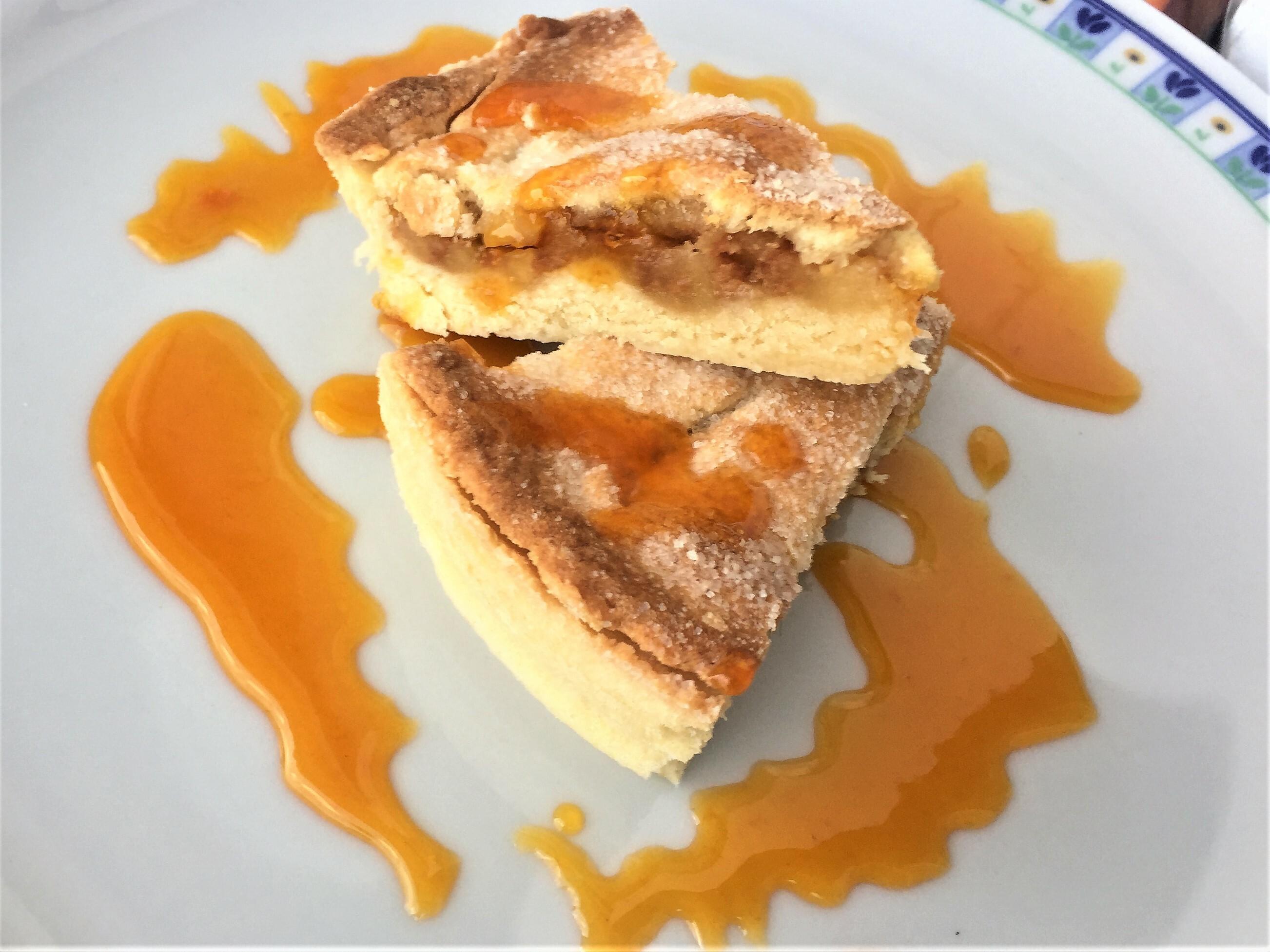 Torta di mele con amaretto e salsa di mandarancio