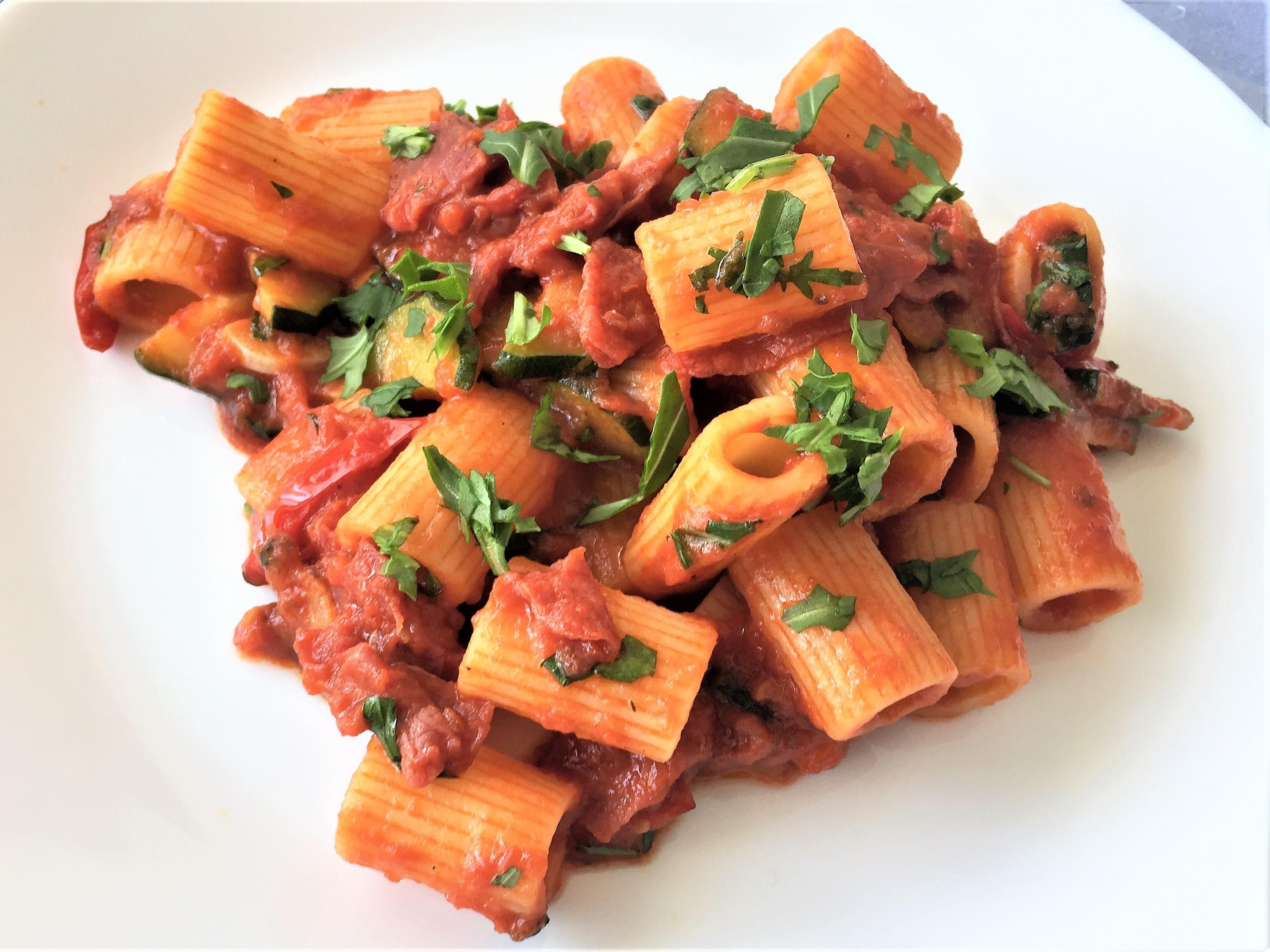 Mezze maniche con zucchine, bresaola e rucola