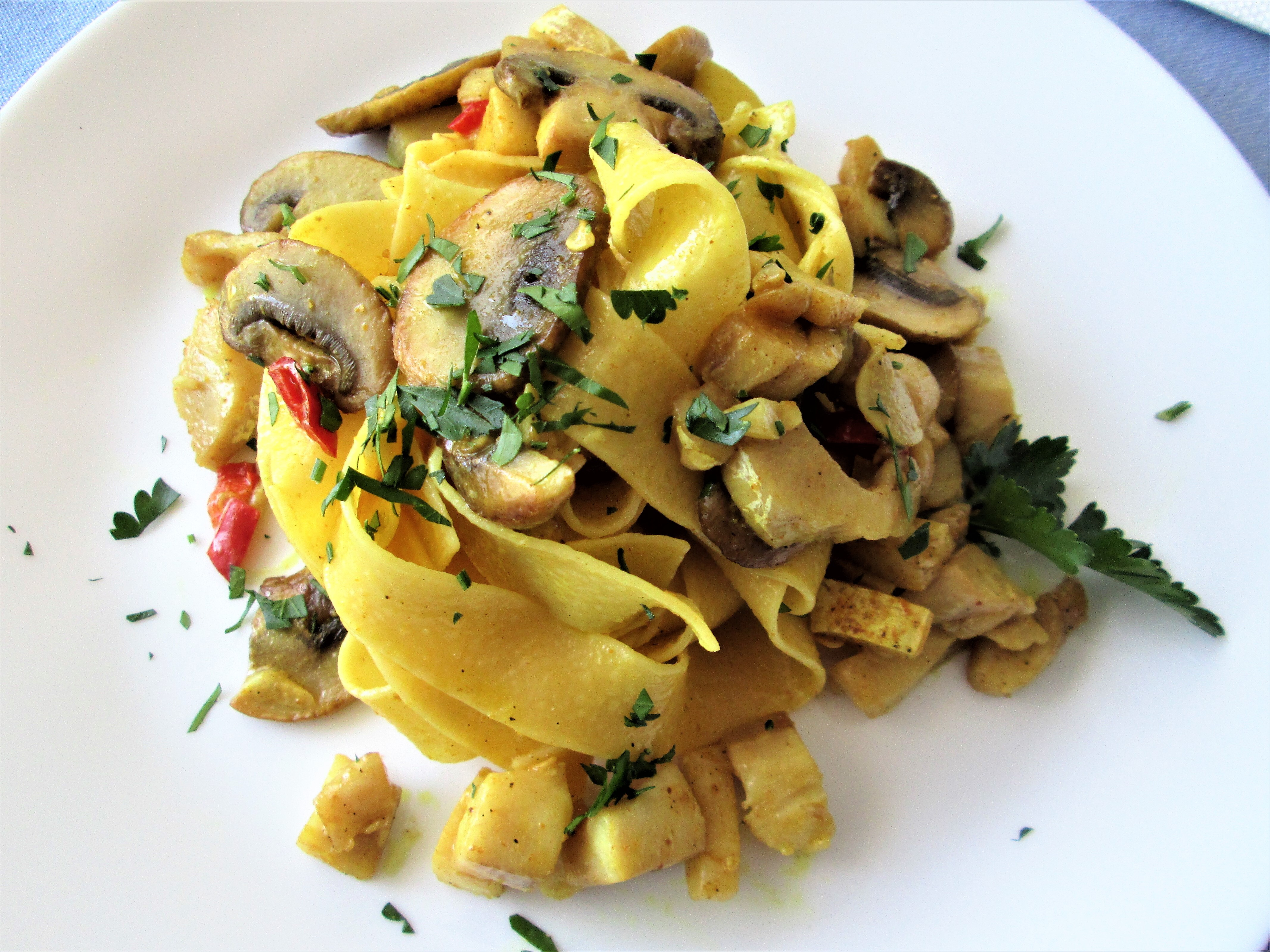 Pappardelle-con-orata,-funghi-e-curry