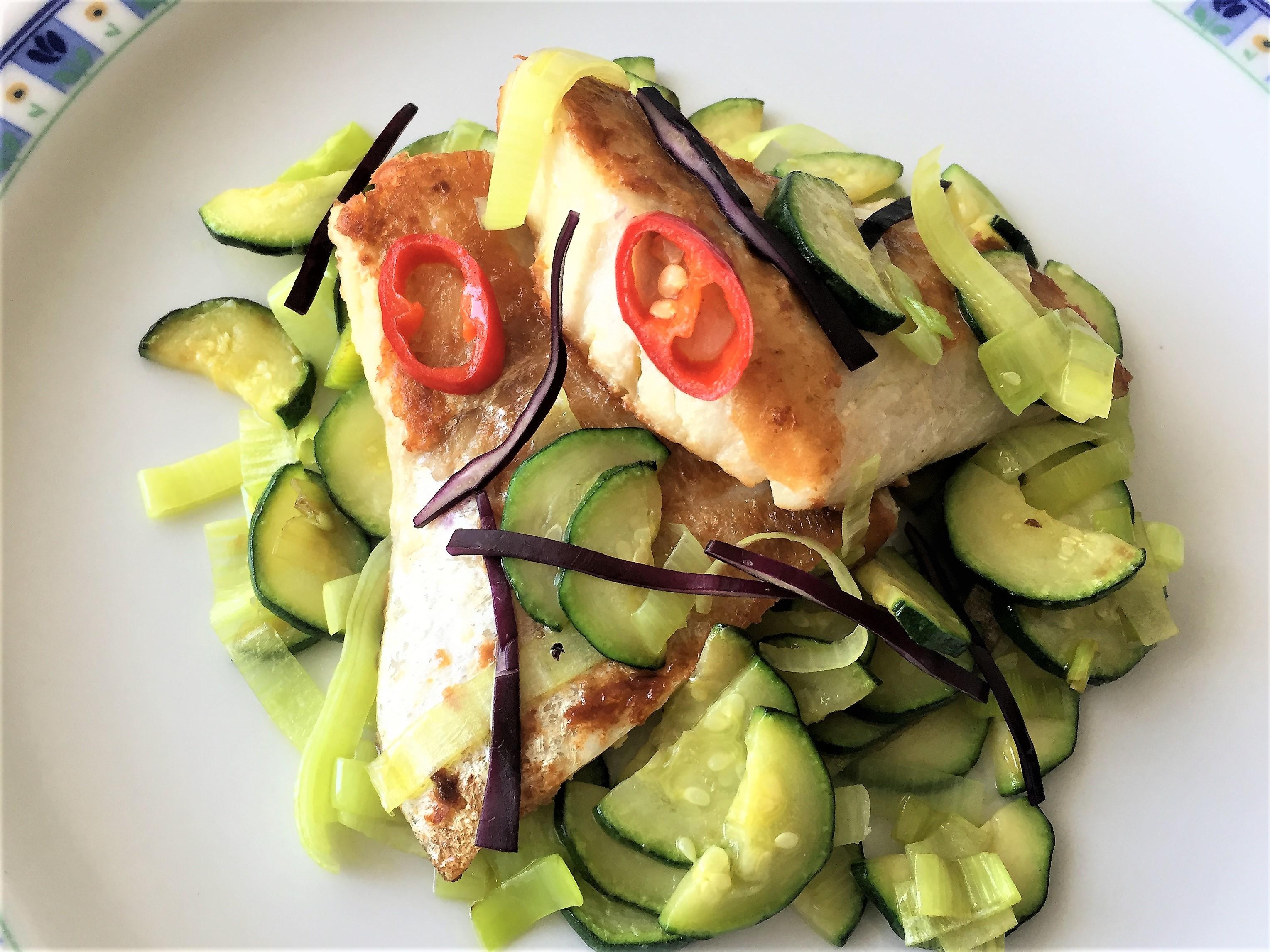 Pesce persico con zucchine e porro