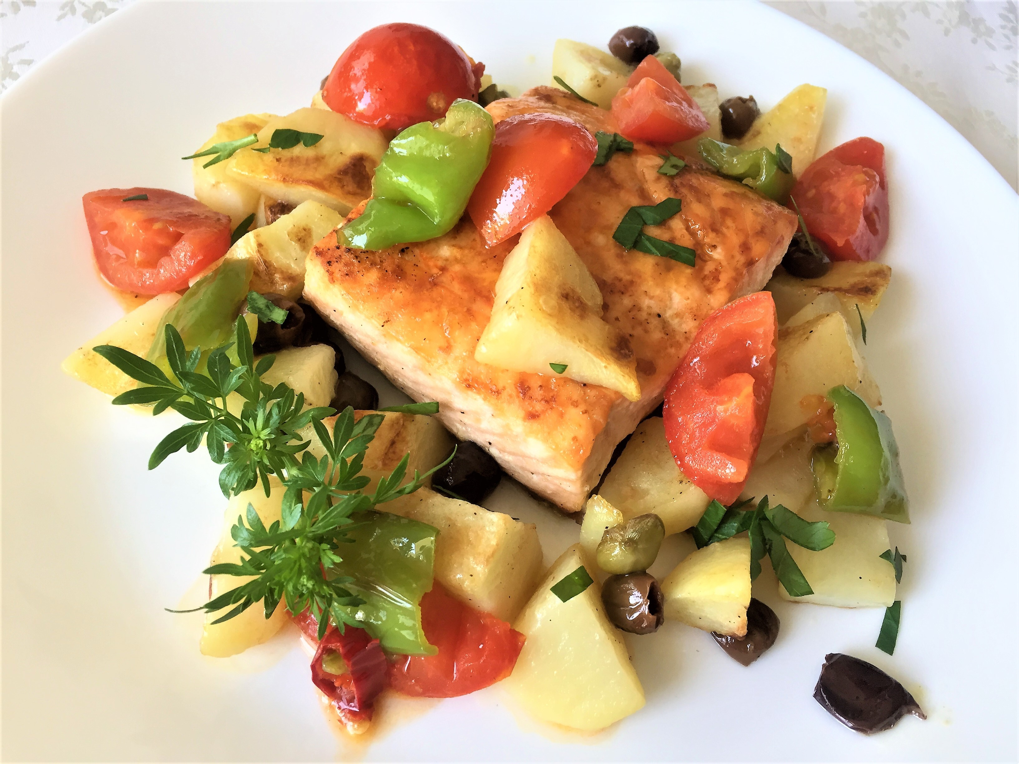 Salmone al forno con patate e olive