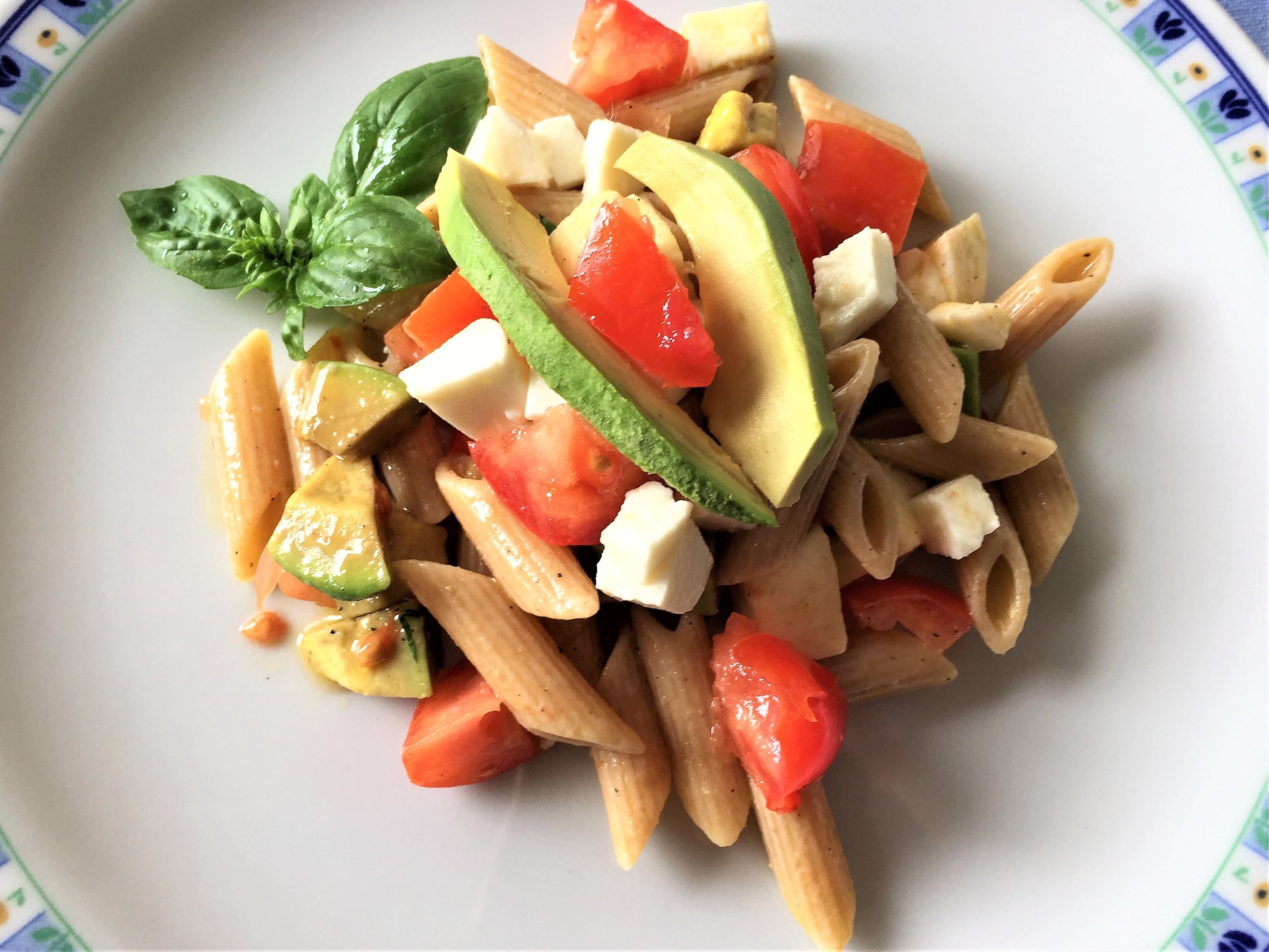 Pennette-integrali-con-avocado-mozzarella-e-pomodoro
