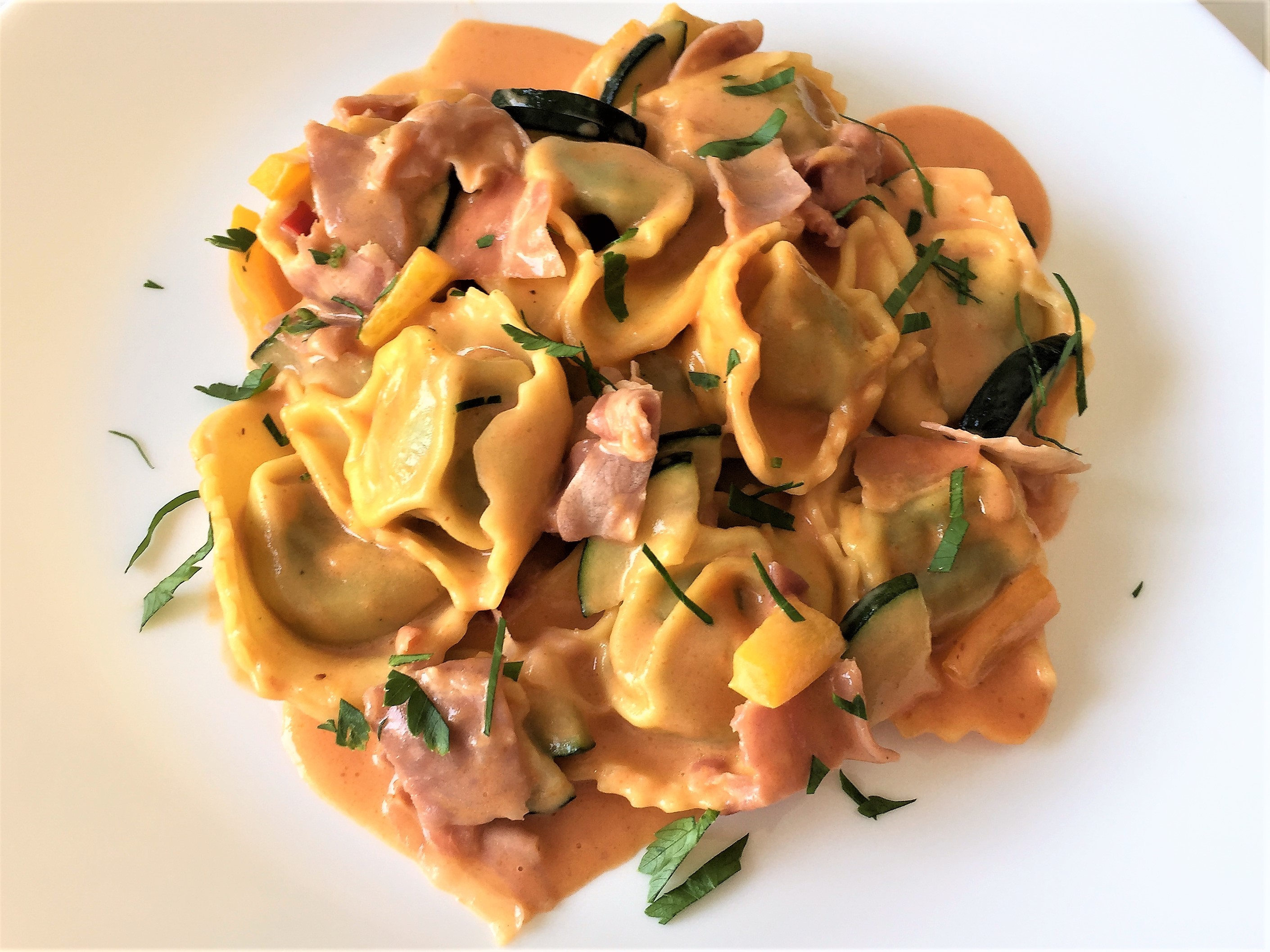 Tortelloni-con-zucchine,-peperoni-e-salsa-rosa