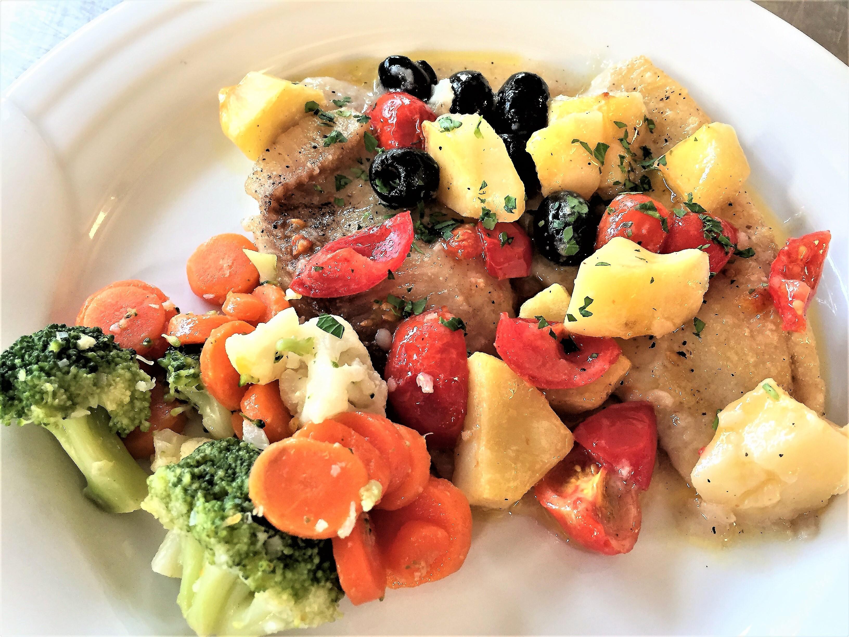 Filetto di cernia con olive pomodorini e patate