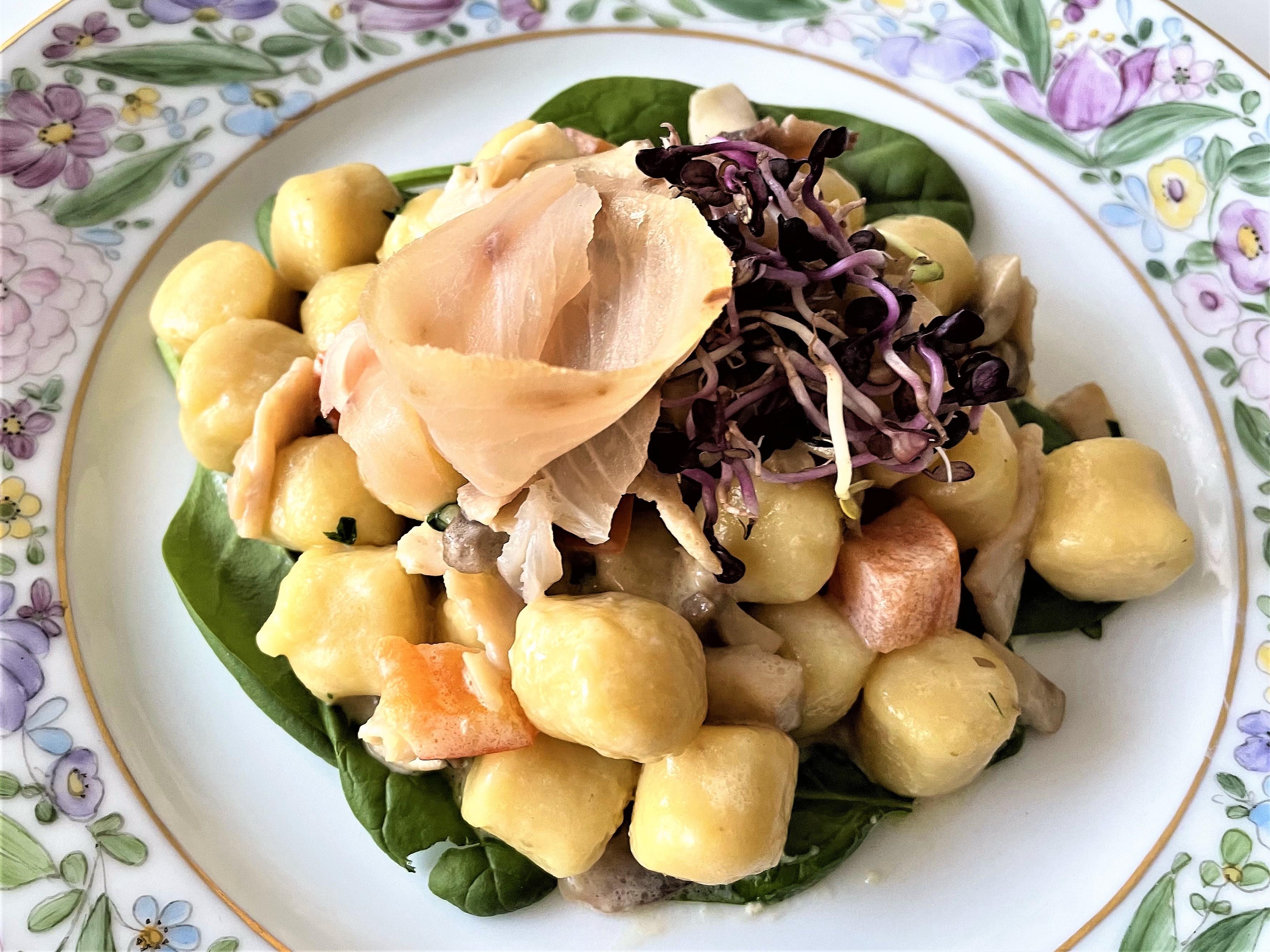Gnocchi-con-pesce-spada-champignon-e-concassè-di-pomodoro