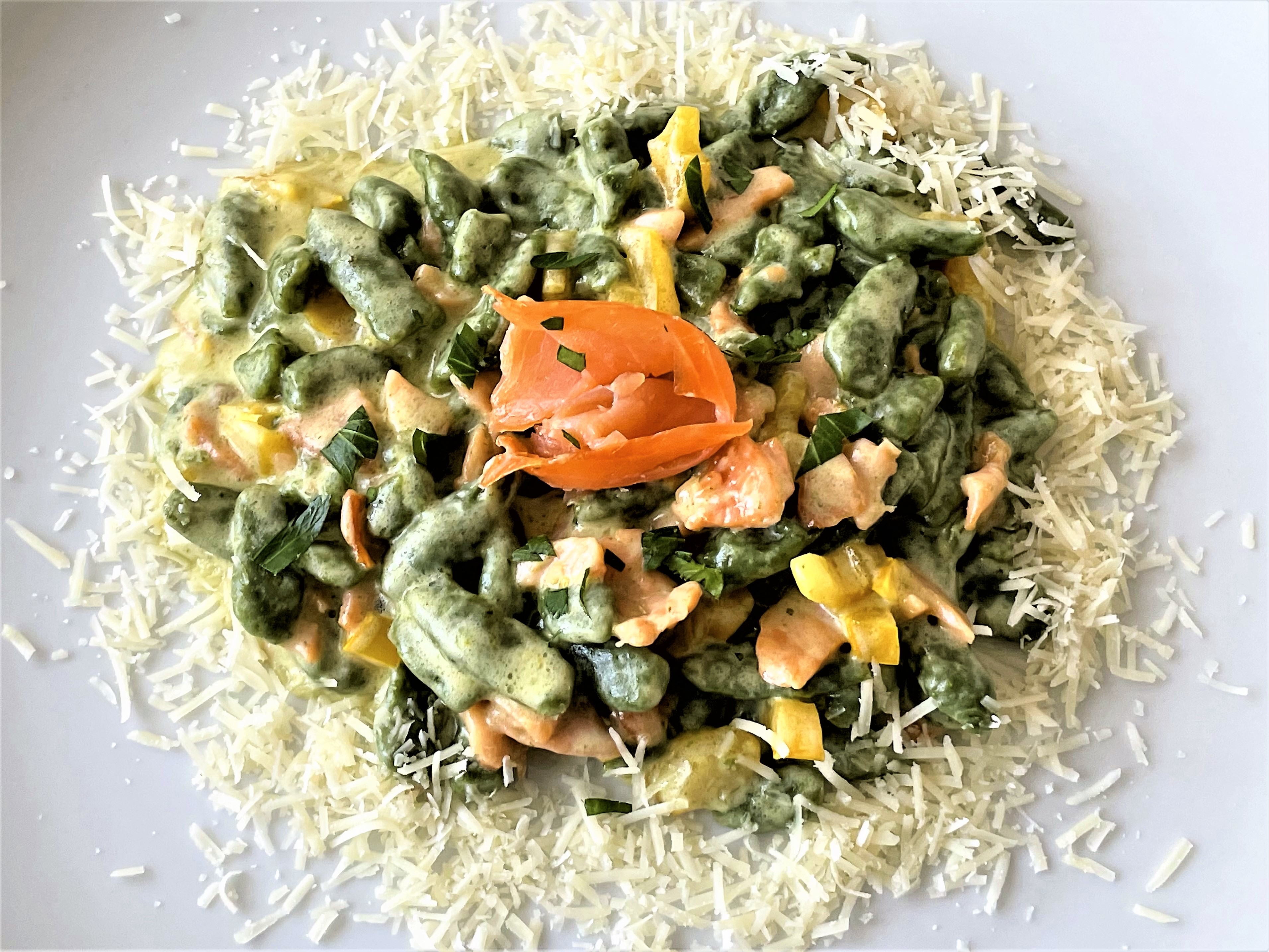 Spätzle verdi con salmone e peperoni