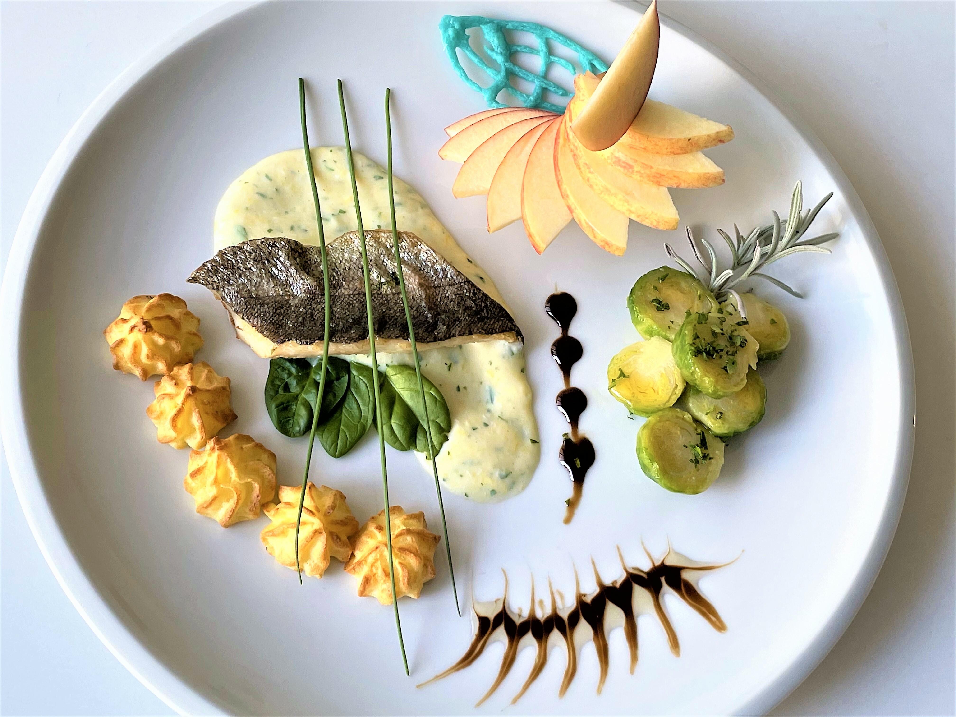 Filetto di trota con salsa Mornay, cavolini e pommes Duchesses