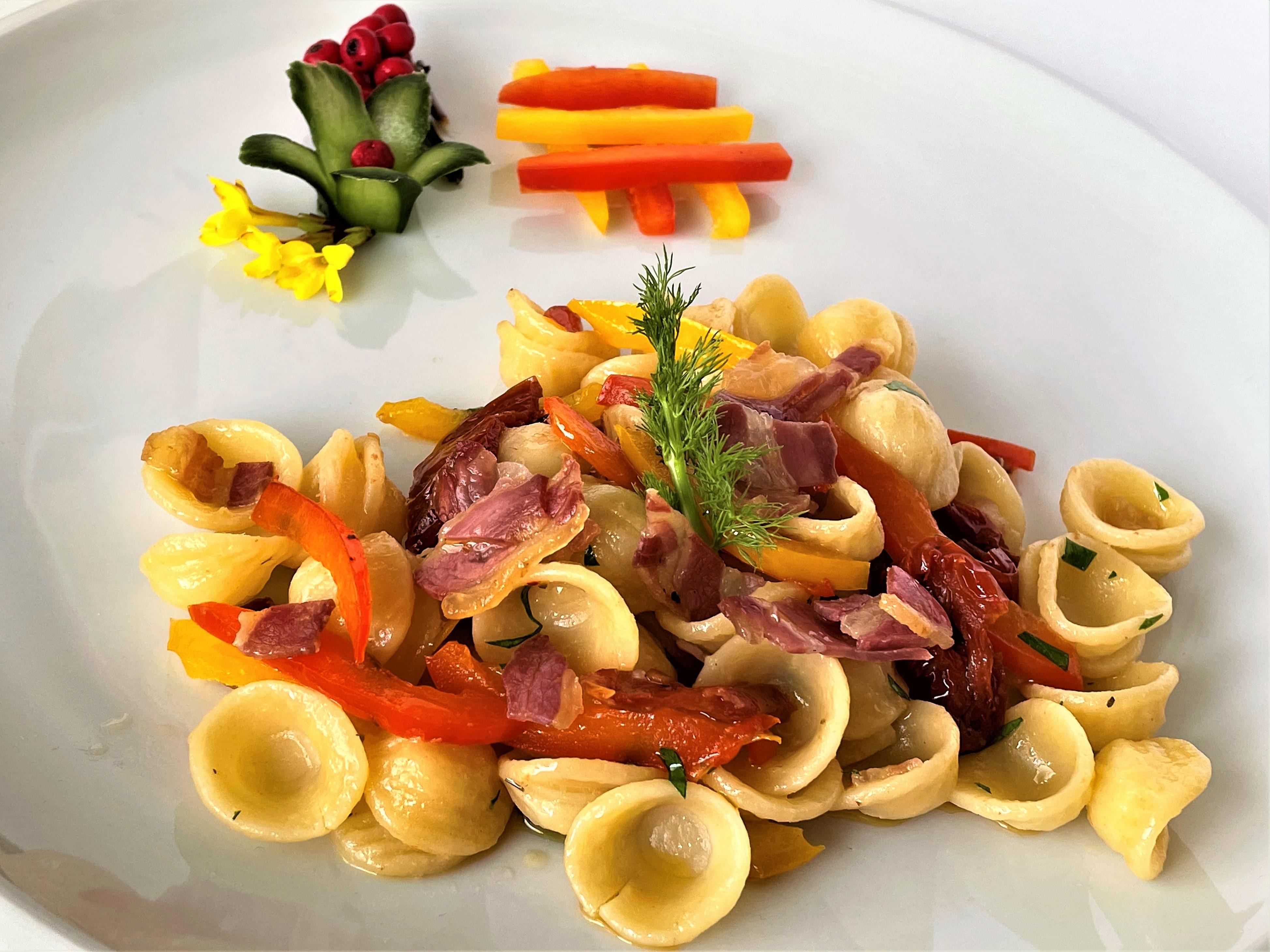 Orecchiette con pancetta peperoni e pomodoro secco