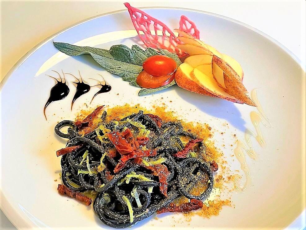Spaghetti-al-nero-di-seppia-con-bottarga-e-pomodoro-secco