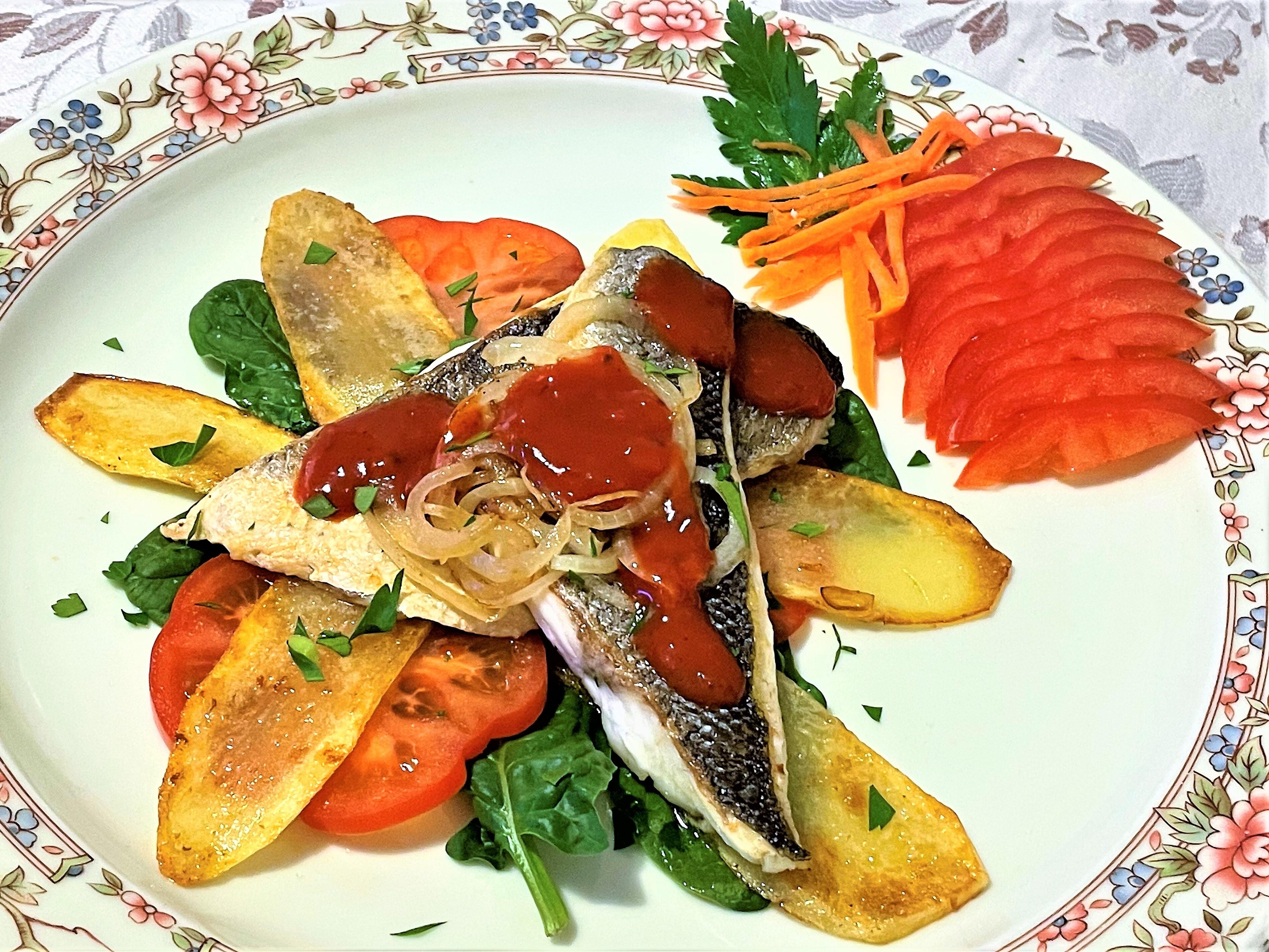 Filetto di spigola con cipolla di Tropea e verdure