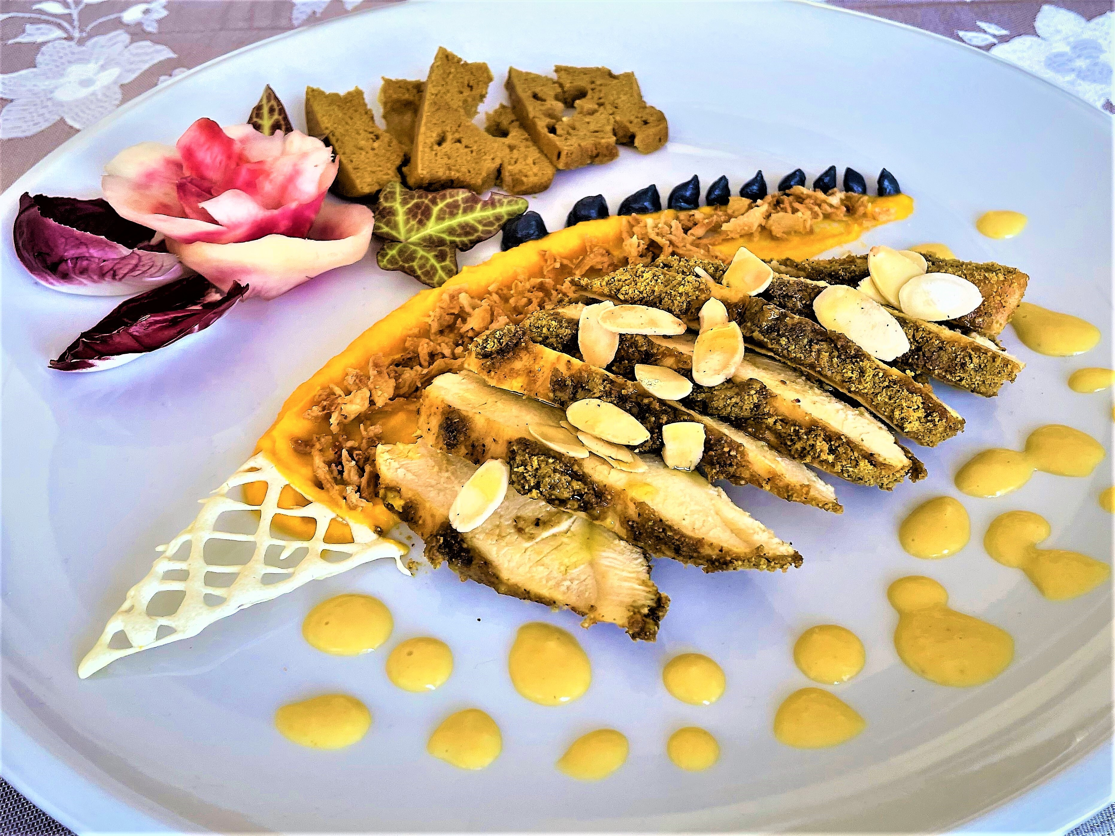 Petto di pollo ai pistacchi con crema di carota e granella di cipolla