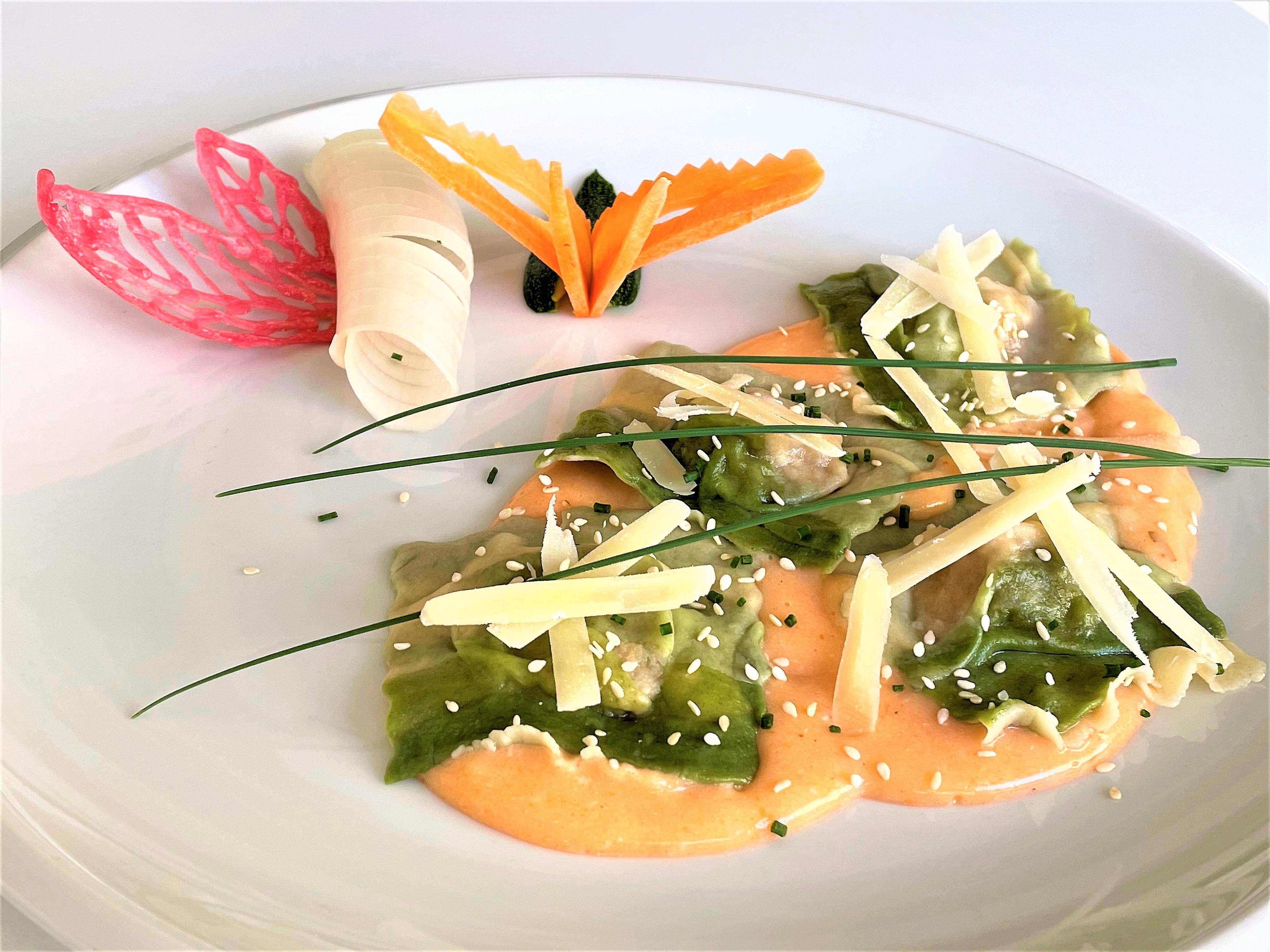 Ravioli bicolore ai funghi con salsa rosa
