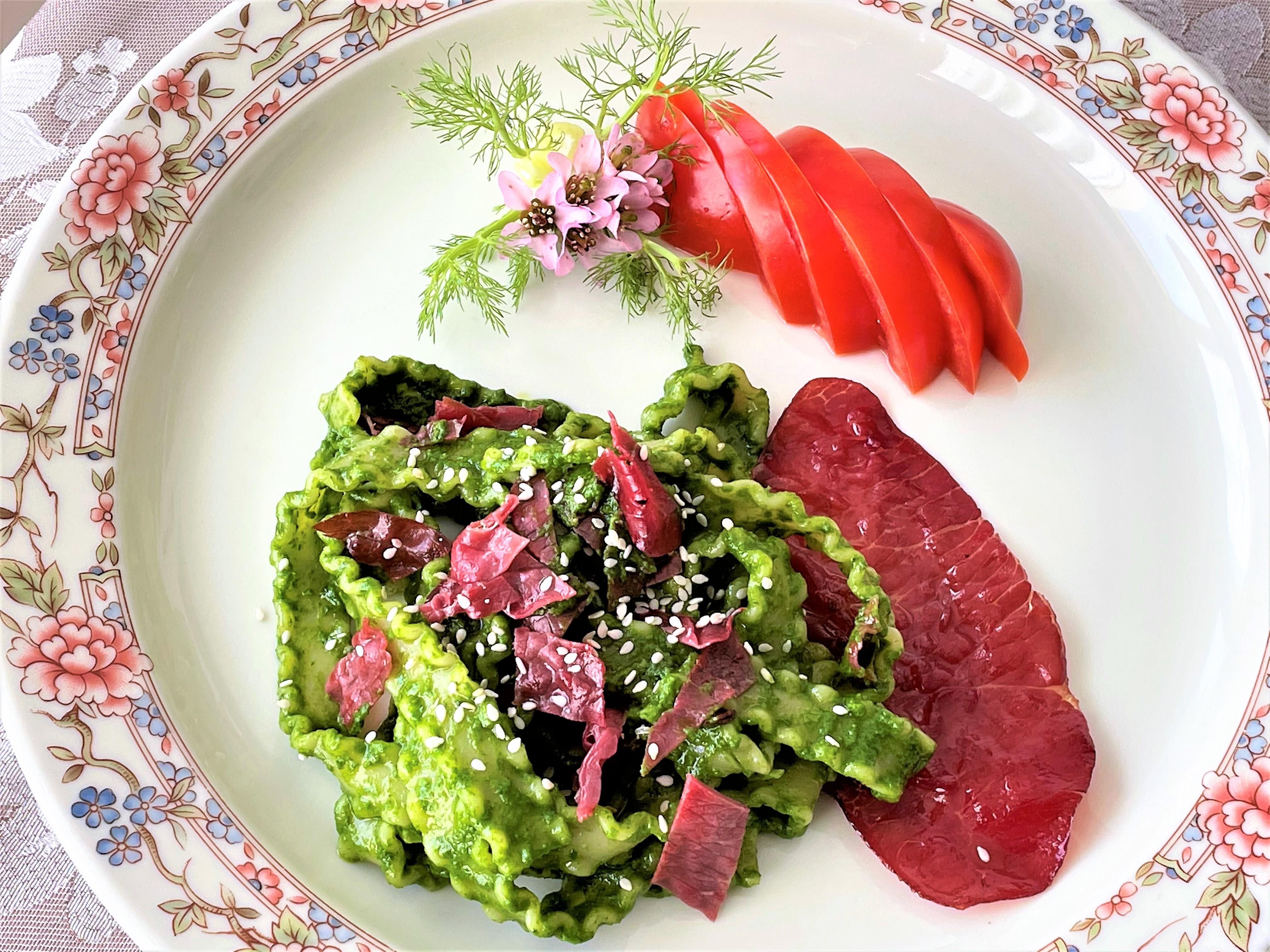 Reginette con pesto di spinaci e bresaola