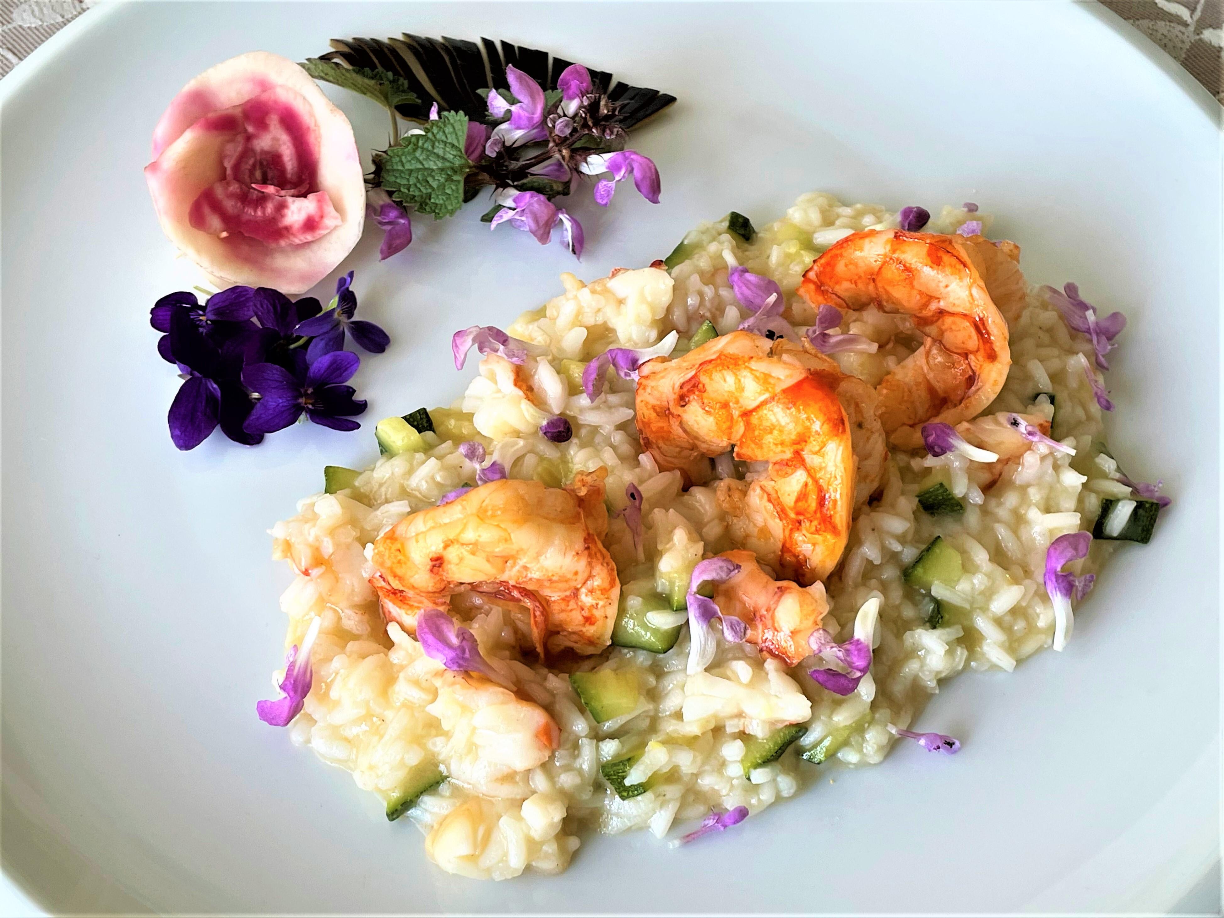 Risotto con zucchine gamberi e fiori di ortica