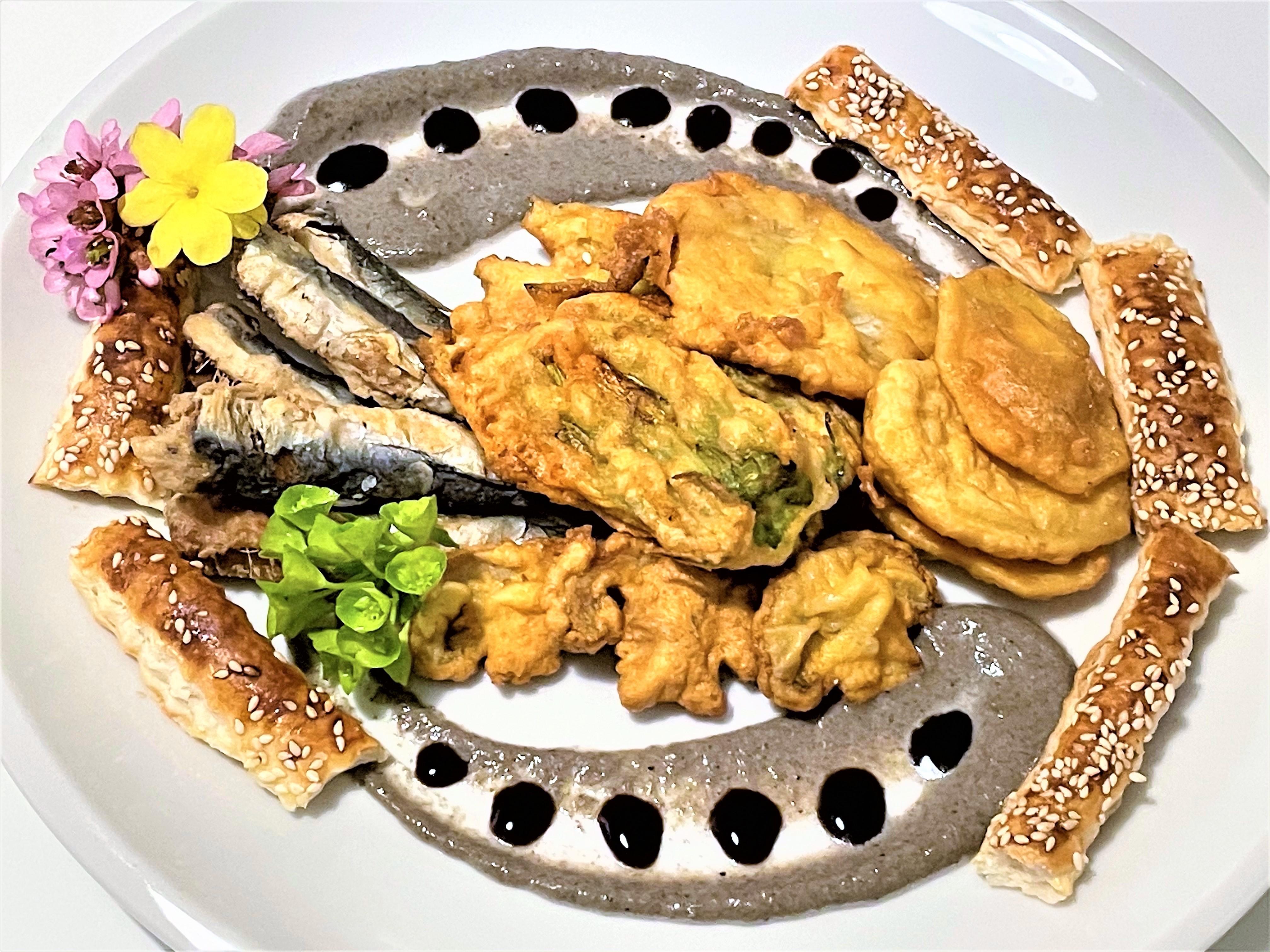 Sardine fritte con fiori di zucca e verdure pastellate
