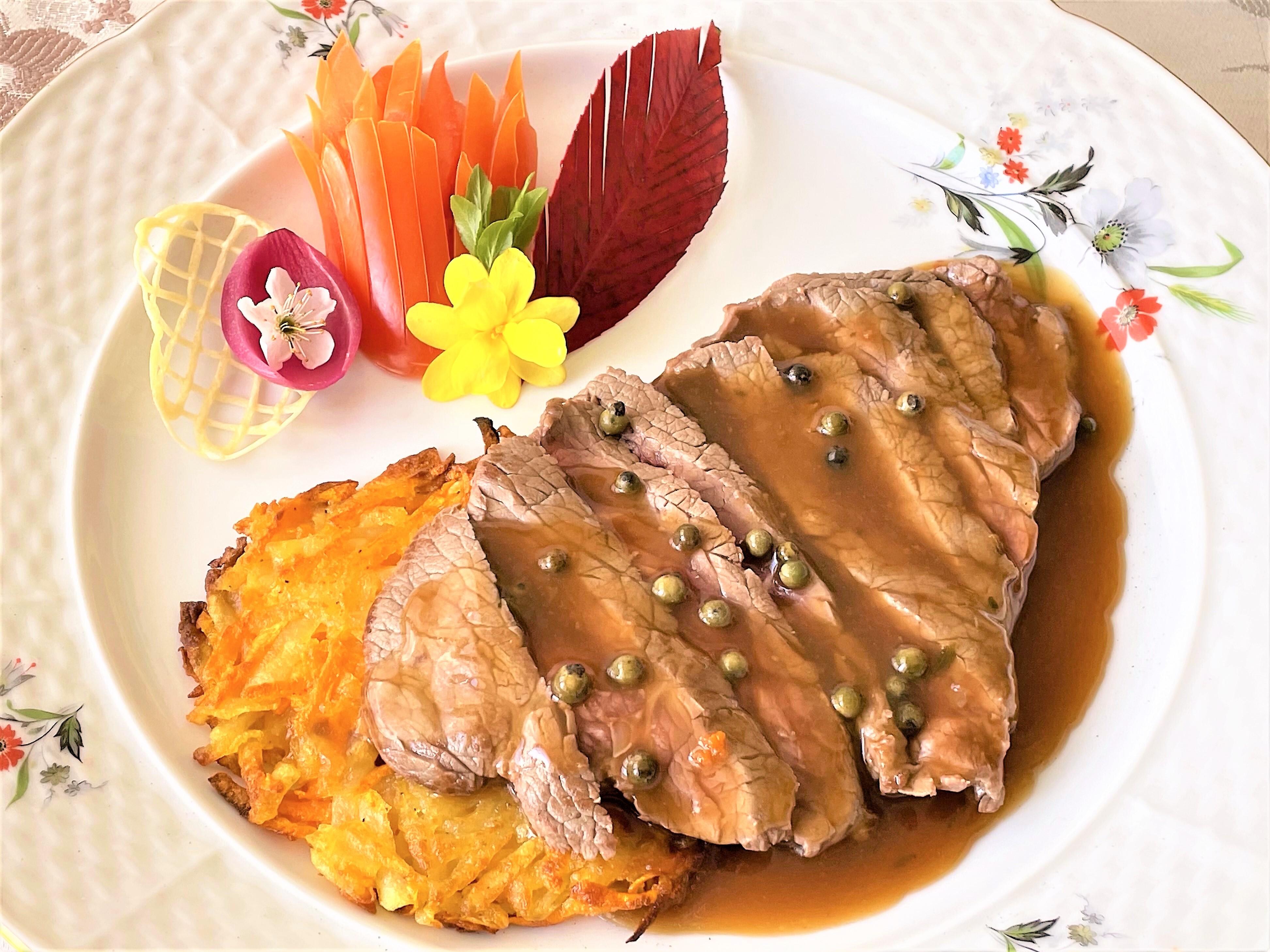 Tagliata-di-manzo-al-pepe-verde-con-tortino-di-patate-e-carote