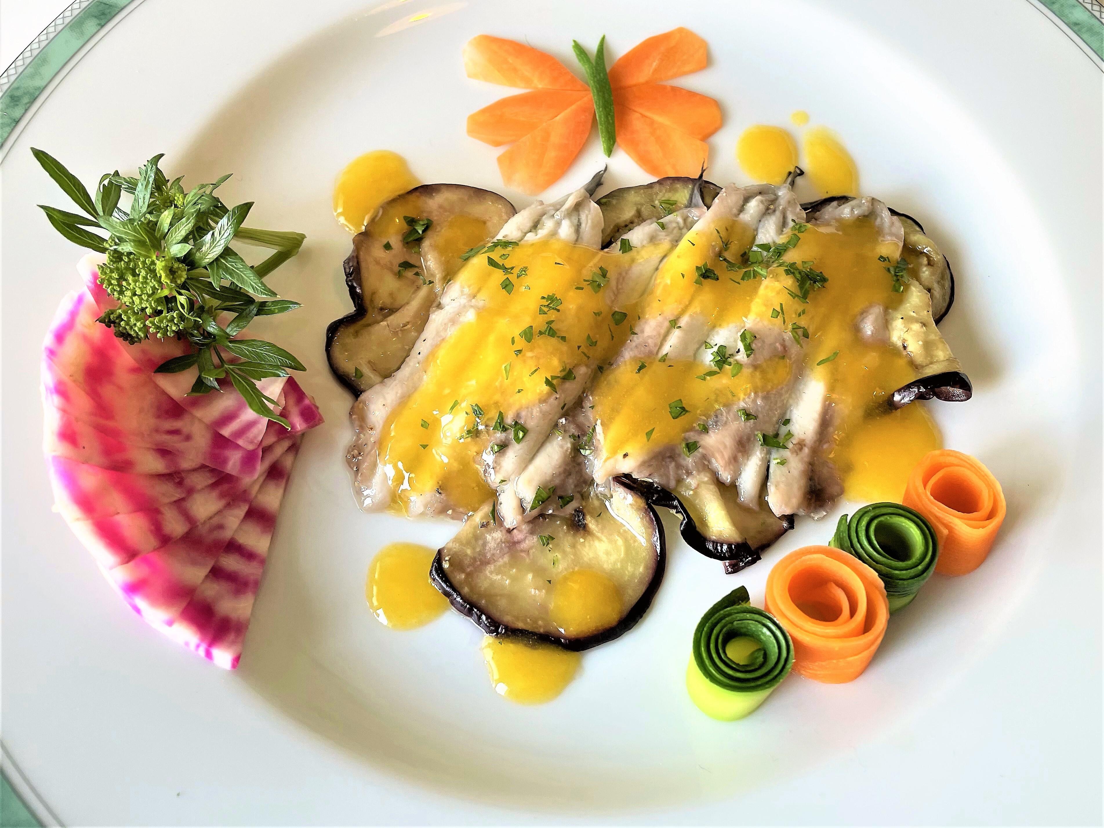 Alici-marinate-sopra-melanzane-all'aceto-con-salsa-all'arancio