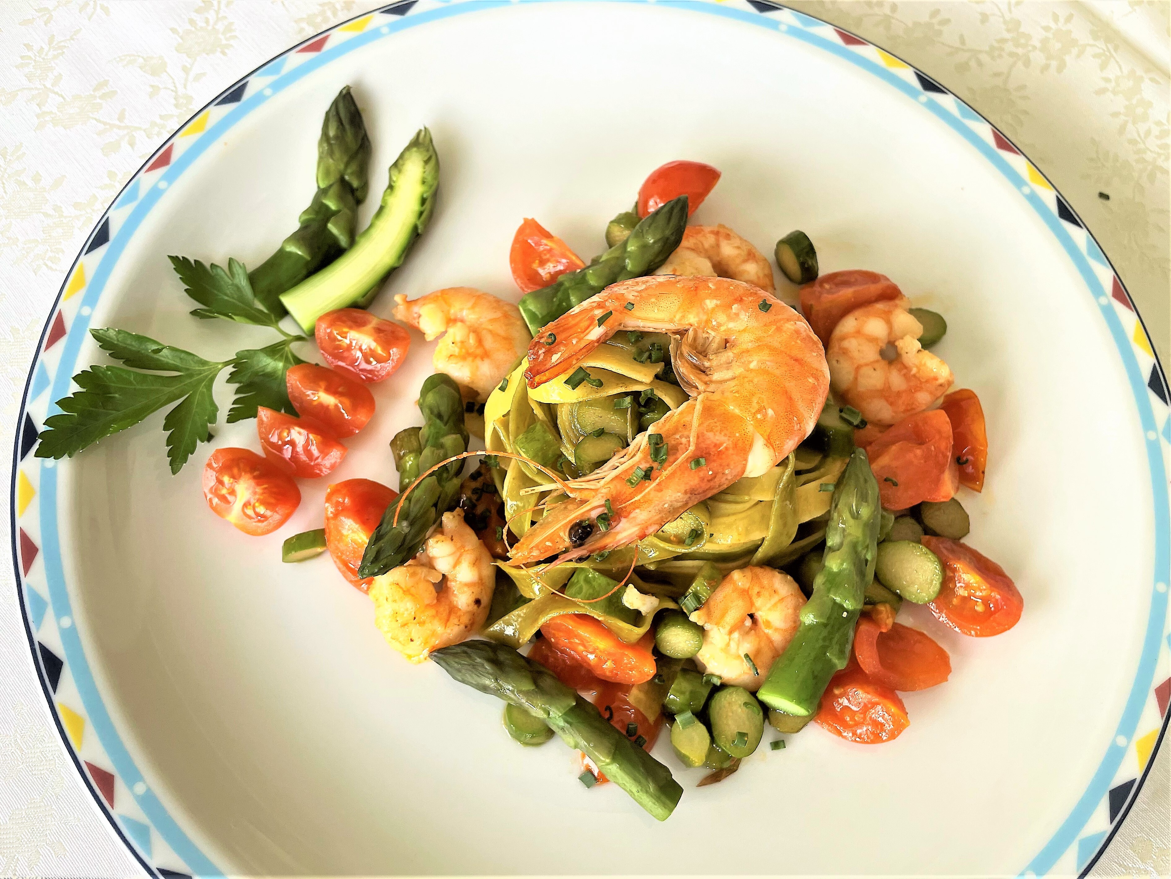 Paglia e fieno con gamberoni asparagi e pomodorini