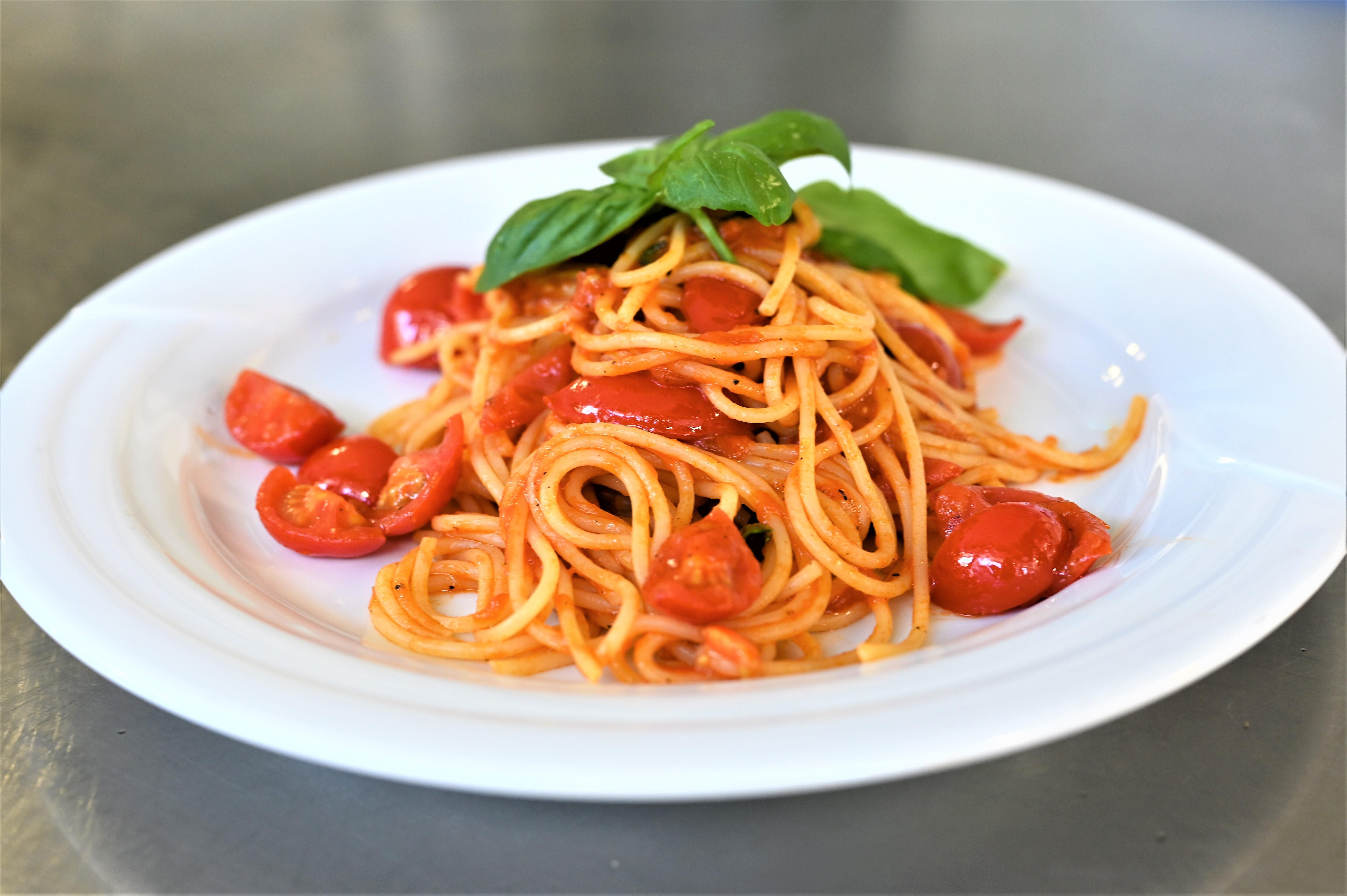 Spaghetti con pomooro fresco e basilico